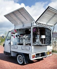 La imagen puede contener: cielo, nube y exterior Food Cart Design, Food Truck Design, Coffee Food Truck, Starting A Food Truck, Mobile Coffee Shop, Mobile Restaurant, Mobile Food Trucks, Mobile Food Cart, Coffee Trailer