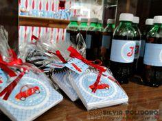 Bloquinhos vendidos na loja de 1,99 por 1 real cada, fitinha de cetim e botãzinho no formato de carrinho vermelho.