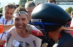世界選個人TTのゴール後、途中で追いぬかれたマルティンを祝福する(?)コンタドール。