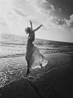 """""""…Y en un acto de locura, tu Alma vuelve a querer querer; y abres los ojos ante el precipicio del amor, y con la última sonrisa que te quedaba, te abrazas al aire… y te lanzas a amar!…"""" Brando"""
