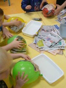 Apprendre à dessiner des bonhommes en les fabricant en volume. Les enfants ont fabriqué leur bonhomme à partir de ballons de baudruche recouverts de papier mâché. Le visage et les membres sont réalisés à partir d'objets de récupération. Les bonhommes...
