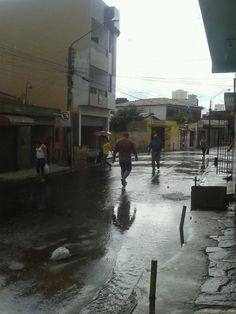 Rua Tupy alagada Neste momento em Caruaru, cai uma forte chuva e recebemos fotos da Rua Tupy no Bairro do Salgado. As fotos foram tiradas pelo internauta e morador Júnior Melo. segunda-feira, 3 de junho de 2013
