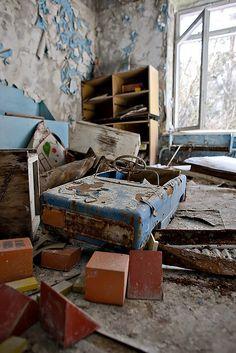 Chernobyl/Pripyat Exclusion Zone - Broken/Abandoned toys in a children's bedroom. You can see decay on the toy car and the paint peeling on the walls. Chernobyl Today, Chernobyl 1986, Chernobyl Disaster, Old Abandoned Buildings, Abandoned Mansions, Old Buildings, Abandoned Places, Haunted Places, Ukraine