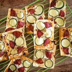 Easy to make and only using 4 ingredients, these salami and zucchini 4 ingredient pizzas are super simple for the lunchbox. Lunch Box Recipes, Lunch Snacks, Snack Recipes, Healthy Pizza, Healthy Snacks For Kids, Pizza Flavors, Yummy Lunch, Yummy Food, Afternoon Snacks