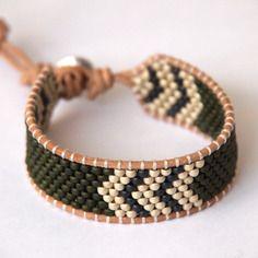 Bracelet homme army, perles miyuki et toho, lien en cuir Loom Bracelet Patterns, Loom Bracelets, Bead Embroidery Jewelry, Beaded Embroidery, Bijoux Diy, Peyote Stitch, Anklets, Vintage, Fabrics