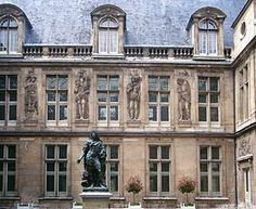 Musée Carnavalet par Pierre Lescot. - Réalisations de Pierre Lescot: La rénovation du Louvre avec le sculpteur Jean Goujon, de 1546  jusqu'à sa mort.
