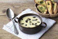 Cremige Petersilienwurzel-Porree-Suppe mit Kräuterbutter-Baguette und gerösteten…
