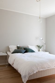 Clean and simple Grey Walls Living Room, Living Room Decor, Bedroom Decor, Woman Bedroom, Dream Bedroom, Scandinavian Style Home, House Inside, White Rooms, Bedroom Colors