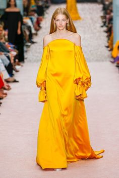 The complete Carolina Herrera Spring 2019 Ready-to-Wear fashion show now on Vogue Runway. Yellow Fashion, Colorful Fashion, Love Fashion, Fashion News, High Fashion, Fashion Outfits, Fashion Design, Fashion Trends, Haute Couture Style