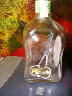 Tijera y candado dentro de una botella.