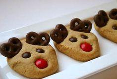 Galletitas reno con mini pretzels y m&ms • Peanut Butter Reindeer Cookies via Bakergirl