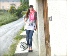 Is better to be ridiculous than to be anonymous - outfit message tshirt, dresscode clothing, abbigliamento , amanda marzolini, the fashionamy, fashion blog felpe, outfit con rosa fluo