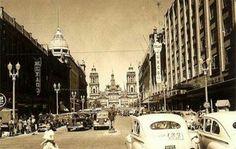 La Avenida 20 de Noviembre cuando era de doble sentido, al fondo la Catedral Metropolitana, a la izquierda el edificio de cúpula es el Palacio de Hierro. Actualmente todos los edificios sobreviven de pie hoy en dia. ca 1948