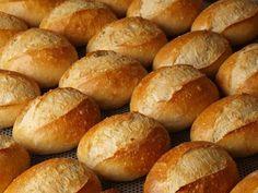 Aujourd'hui nous allons voir ensemble la recette traditionnel du petit pain blanc Allemand ou Brötchen. Pour se faire, voici les ingrédients pour environ 10 à 14 petits pains : 500 g de farine 2 c....