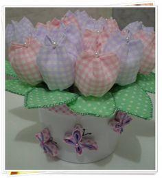 Vaso de aluminio decorado com borboleta de viés, contendo 16 tulipas de tecido. A cor do vaso e a decoração pode variar. Temos uma grande variedade de cores para as flores. Ótima opção para lembranças de aniversários e batizados. R$ 34,50 LOJA FLOR DE JUANA