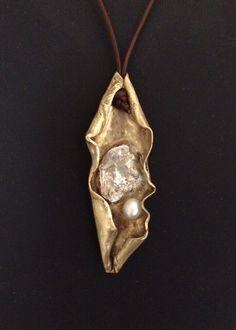 Colgante de plata ,bronce y perla.  www.vadejoies.com