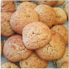 μπισκότα που μοιάζουν με κέικ σε μπουκιές, και η γεύση της μπανάνας είναι πολύέντονη! Greek Sweets, Greek Desserts, Greek Recipes, Greek Cookies, Drop Cookies, Cookie Recipes, Dessert Recipes, Biscotti Cookies, Healthy Cookies