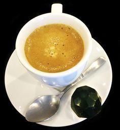 O Café Nespresso Ristretto conta com sabor marcante, intenso e aroma delicioso, veio acompanhado de um Bombom de Manjericão. Uma experiência ÚNICA de sabores.