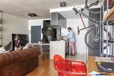3 vecinos nos muestran cómo decoraron sus deptos de 2 ambientes  Al otro lado, el living, tiene como fondo una estantería del mismo estilo, mesa ratona también diseñada por él y sillón 'Chesterfield' comprado en una fábrica.  Foto:Living /Daniel Karp