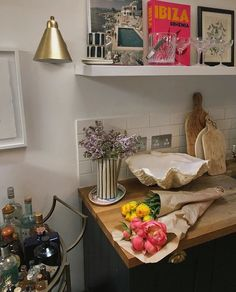 Country Home Interior Fresh lilacs making my kitchen smell like spring .Country Home Interior Fresh lilacs making my kitchen smell like spring Design Living Room, Living Room Decor, Living Spaces, Bedroom Decor, Wall Decor, My New Room, My Room, Country Look, Interior Simple
