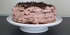 Fantastisk lækker og simpel lagkage med søde chokoladebunde og et cremet fyld af flødeskum blandet med knuste rutebiler og knasende stykker chokolade. Den ultimative lagkage til chokoladeelskeren.
