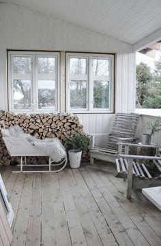 Jeg er veldig glad i ved som dekorasjon til vinter og jul! Så da passer det meg perfekt at jeg har stablet verandaen full ;-) En ...