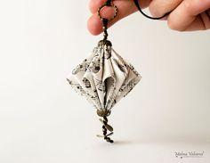 Collier en papier partitions - sculpture de papier bijoux - Art du papier - Origami miniature  Ce collier est fait de feuilles de musique dune
