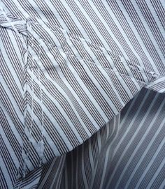 Известна ли вам такая необязательная деталь в рубашке, как услилитель шва, - так называемаяластовица низа рубашки? Помните фирменные рубашки Tommy Hilfiger - там, где между подолом и боковыми швами вшит кусочек ткани уголком? Такие усилители делают преимущественно в спортивных рубашках для укрепления стыка шва. Ластовица (gusset, mouche) низа рубашки — это кусочекиз ткани, вшитый между полочкой и спинкой рубашки для укрепления бокового шва, соединяющего эту полочку и спинку. А по большому…