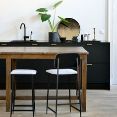 Black Bar Stools, Modern Bar Stools, Furniture Showroom, Furniture Design, Techno, Island With Seating, Solid Wood Furniture, Counter Stools, Dining Chairs