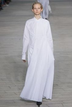 The complete Jil Sander Spring 2018 Ready-to-Wear fashion show now on Vogue Runway. Jil Sander, Fashion Week, Runway Fashion, Fashion Trends, Fashion Design, Dresses To Wear To A Wedding, Vogue Russia, Fashion Show Collection, Models