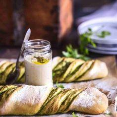 Korvapuusteista lainattu idea toimii myös leipätaikinassa. Sokeri vaihtuu yrtteihin ja kaneli valkosipuliin.