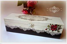 Drewniana skrzyneczka w stylu print room z czerwona różą - Decoupage.