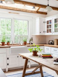 Learn how to Chic Farmhouse Kitchen Design And Decorating Ideas. There are many Cozy And Chic Farmhouse Kitchen Decor Ideas, Gorgeous Modern Farmhouse Kitchens and Beautiful Farmhouse Style Kitchens to try. Modern Farmhouse Kitchens, Farmhouse Kitchen Decor, Home Kitchens, Farmhouse Style, Rustic Farmhouse, Cottage Kitchens, Farmhouse Sinks, Country Style, Kitchen Interior