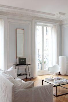 a paris un appartement haussmannien en blanc cr me et. Black Bedroom Furniture Sets. Home Design Ideas
