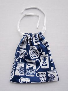 Tutorial : Drawstring Bag Posted on 13/04/2013 by Georgina Giles This tutorial will show you how to make a simple drawstring bag with French...