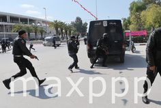 ©MOHAMED MESSARA/EPA/MAXPPP - epa04667708 Members of the Tunisian security services take up a position after gunmen reportedly took hostages near the country's parliament, outside the National Bardo Museum, Tunis, Tunisia, 18 March 2015.