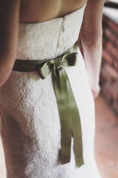 Nastro e fiocco verde, abito sposa.   www.princesswedding.it   Photo by Paola Colleoni