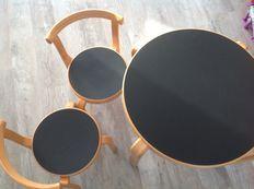 Magnus Olesen  - speeltafel met stoelen