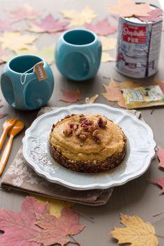 Tarte à la Citrouille et à la Poire, Érable, Dattes & Noisettes {ou Pumpkin Pie à ma façon @ Au Vert avec Lili - miam ❤ miam une recette irrésistible ! Je craque sur ces petites tasses turquoises, elles sont adorables ;}