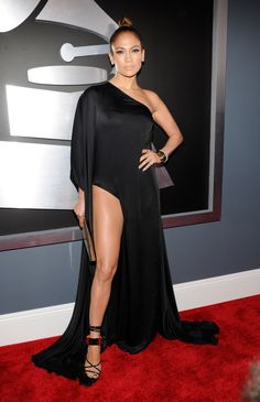 A tight topbun shows off J-Lo's perfect makeup - we love!