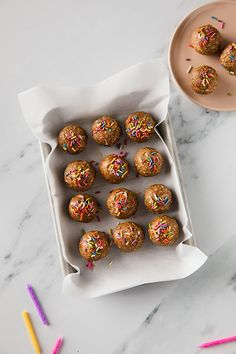 These birthday cake energy balls are the perfect sweet treat. Make a big batch and you've got a healthy snack stash to take on the road or to the gym. Healthy Dessert Recipes, Healthy Snacks, 21 Day Fix Desserts, Herbalife Shake Recipes, Raw Cookie Dough, Beachbody Blog, Gluten Free Snacks, Energy Balls, Balls Recipe