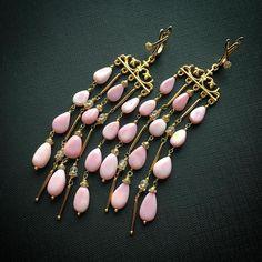 А смотрите, какие стильные длинные розовые красивули получились у меня в комплект к браслету из розового опала. Очень элегантные и необычные. Сделаны на заказ #серьги #длинныесерьги #розовыйопал #украшенияназаказ
