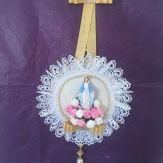 Lindo. Para porta de casa. Nossa Senhora das Graças. Fazemos com anjos, pombinha e vários santos.#decoracao #mariadivamoda #amor#love#catolico#pazdeespirito #cristao