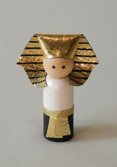 Make dolls out of wine corks and beads to show how each culture dressed. Egyptian Crafts, Egyptian Art, Bible Crafts, Paper Crafts, Diy For Kids, Crafts For Kids, Clothespin Dolls, Sunday School Crafts, Wooden Pegs