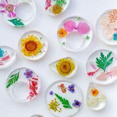 DIY Kettenanhänger aus Epoxidharz mit Trockenblumen Sewing Crafts, Sewing Projects, Diy Trend, Diy Epoxy, Diy Blog, Resin Pendant, Xmas Ornaments, Resin Art, Dried Flowers