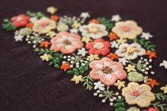🌼 茶色の生地にオレンジ系の花でまとめました。 . 秋っぽい雰囲気がでたのではないかなーと思います😊 . . #刺繍#手刺繍#ステッチ#手芸#embroidery#stitching#자수#broderie#bordado#вишивка#stickerei#花の刺繍