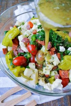 {italian vegetable salad} tons of fresh veggies mixed with antipasta meats + coated in a homemade vinaigrette! Add artichoke and green olives Healthy Italian Recipes, Healthy Salad Recipes, Healthy Meals, Vinaigrette, Fresco, Quinoa, Antipasto Salad, Antipasta Salad Recipe, Antipasto Recipes