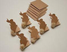 lapin de Pâques en carton avec un pompon en tant que queue