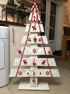 Christmas Decorations Pallet trees are super easy DIY Christmas decorations that you can make for almost nothing So if you need some inexpensive rustic Holiday decor ideas try these Wooden Christmas Tree Decorations, Diy Christmas Decorations For Home, Pallet Christmas Tree, Christmas Wood Crafts, Christmas Projects, Christmas Crafts, Christmas Trees, Rustic Christmas, Holiday Decor