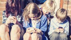 """Jóvenes """"se cuelgan"""" de Internet afuera de comercios - http://notimundo.com.mx/jovenes-se-cuelgan-de-internet-afuera-de-comercios/"""